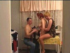 Individuo dispone gruppo unito con la sverniciatore e la sua ragazza