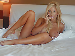 Large-tit Tasha Reign is posing like a queen