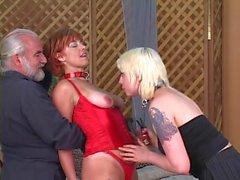 Блондинка заставляет рыжая голова сосать свою киску в то время человека часами