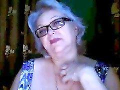 Rusa abuelita ex maestro de parpadear sus senos grandes en la webcam