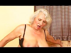 Бабуля любит молодых петухов