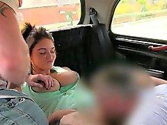 Excitée Couple baise le pilote sur le siège arrière de cabines