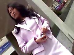 Adorables de infirmière japonais frotte dur Penis du copain