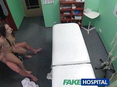 FakeHospital Musta tukkainen opiskelija- halutaan cock