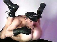 Muscle Leather hommes qui jouent uns avec autrui basculez robinets durs !
