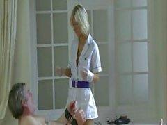 Hot blonde hast sowie Elektrifizierungs und anregenden Hahn Arbeit