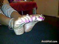 Araber Küken des Angeberei ihre schöne Füße