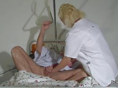 Allemand ancien grand-père séduira de son jeune infirmier