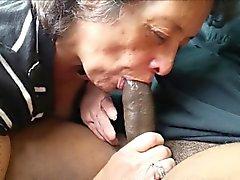 Mamie amateur mangeant une bite black