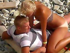 Блондин с большими коричневыми линий
