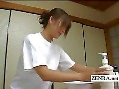 Legendado lavagem pênis sensual japonesa CFNM em pousada