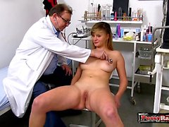 Brunette doctor gaping et éjaculation