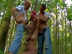 Ragazza impertinente con l'ente perfetto richiede due rubinetti di nel bosco