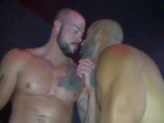 sexo grupal câmara escura