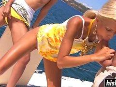 Muhteşem kızlar teknede birlikte becerdin