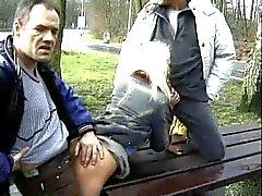 Threesome pública sobre o higway