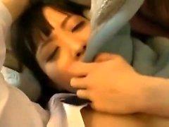 Hot étudiant japonais fait baiser sur sa chatte poilue