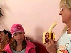 Nana blonde joue avec des couple d'âge mûr
