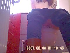 Kırmızı tuvaletleri SAZZ genç shaved pussy gizlenmiş Kamera