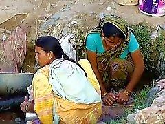 Indian Village Muchacha que veían en ocultada al aire libre