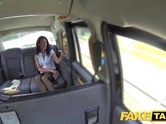 Sahte Taksi Seksi deli MILF, Londra'da taksi oynamayı seviyor