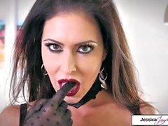 Jessica Jaymes montre son cul serré, gros seins et chatte humide