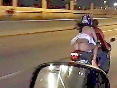 mostrando nalgas en moto