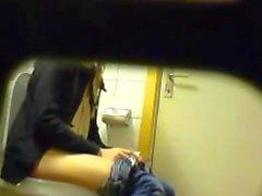 Muchacha que ir al lavabo espía Tablero