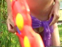 Carol Goldnerova pissant dans de son jardin