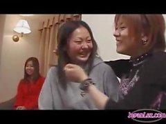 2 Asian Girls Поцелуи с 3- Девочка поодиночке на кроватью в Номере в отеле