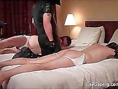 D'esclaves gays sale des masques du cuir de obtient des ânes une fessée et le jouaient