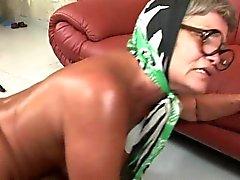 Olma sırasında bir busty daha büyük kız Renata ona büyük göğüsleri dışarı kırbaçlıyor
