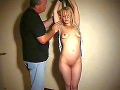 Undergiven Blondie tit bundet och förödmjukade