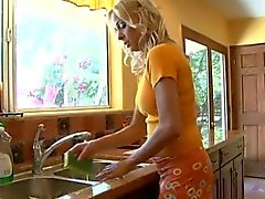 Perfect cougar Payton Leigh wordt geneukt in de keuken
