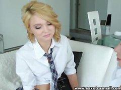 ExtraSmall pieni vaalea ja Brunette teens on kolmikko