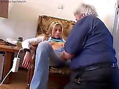 uomo vecchio mangia fuori piccolo figa