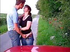 Elle baise en bord de route