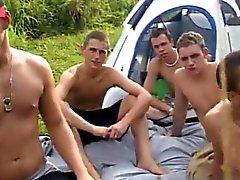 Erstaunlich Homosexuell Szene Man sah das Zelt und die nahmen alle einen Sitz im t