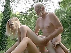 Oldman i tränger två små hålen i skogen