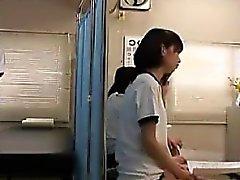 Маленькая Японская милая обладает ботан парня тщательного изучения уровня