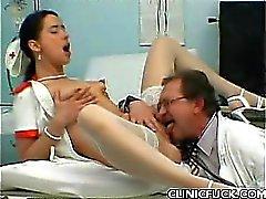 Pretty sjuksköterskan Rida resa upp