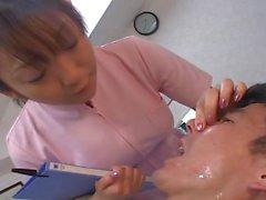 Dentistes et l'infirmier japonaise de cracher sur le patient