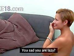 Het kvinna retas med leksak på soffan