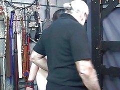 Bbw d'épaisseur slave jeune fille est limité par la de deux directeurs un donjon bdsm hommes