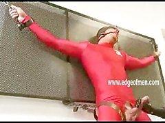 Geile Mann wird seinen Schwanz zu gehänselt massiert professionel von einer tun