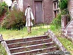 Vreemdgaan vrouw zuigt en neukt op geheime locatie