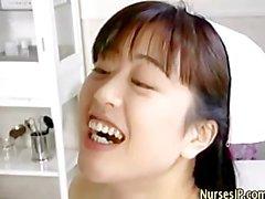 Coquine infirmière asiatique moule succion oral et sexe