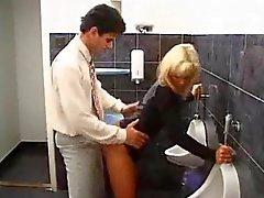 Bir tuvalette bir fahişe ile seks ani