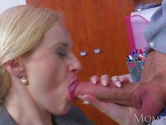 MOM Blond stora tuttar Milf suger massiv nörd kuk