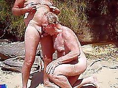tom fornisce di NAT bene headjob sulla spiaggia